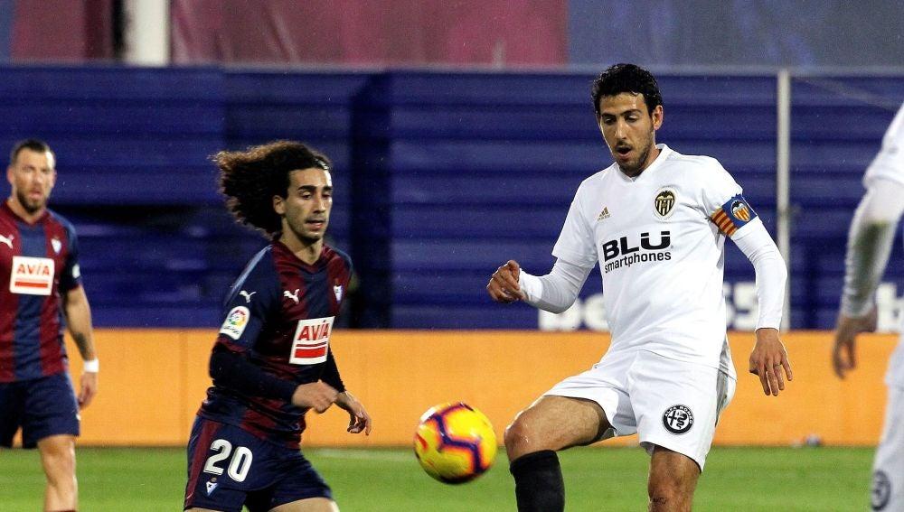 Dani Parejo juega un balón ante Marc Cucurella