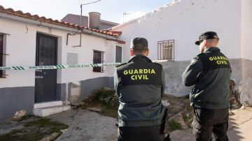 Dos agentes de la Guardia Civil