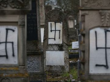 Un cementerio judío aparece con sus tumbas cubiertas de esvásticas