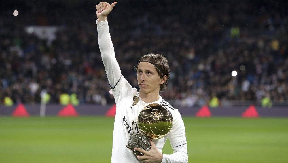 Luka Modric ofrece el Balón de Oro al Bernabéu