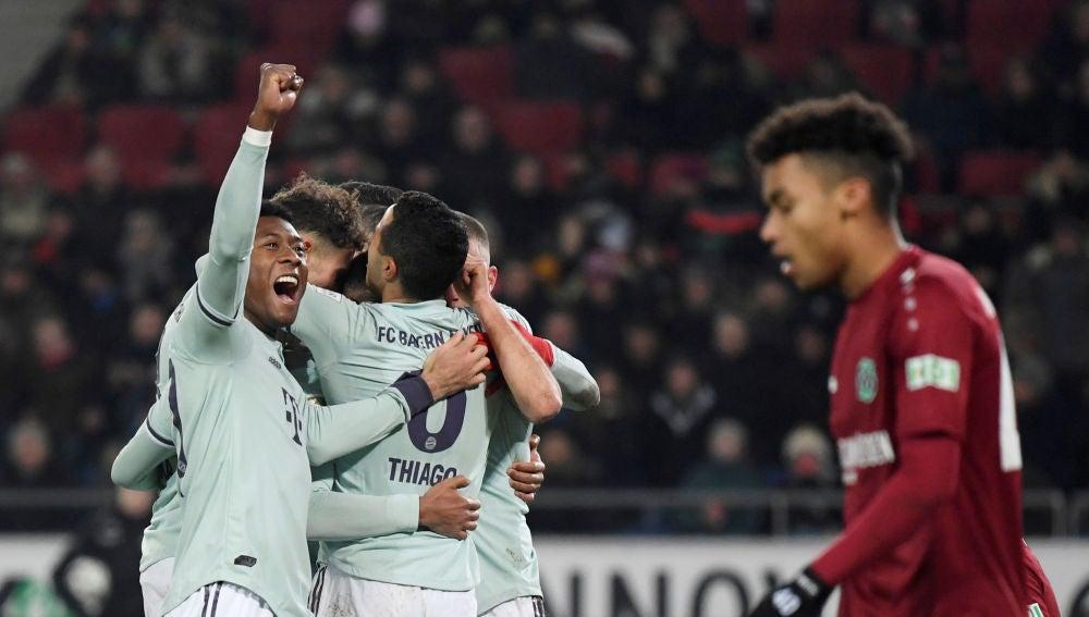 Los futbolistas del Bayern celebran un gol ante el Hannover