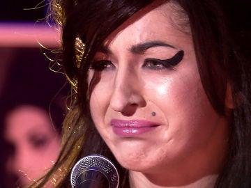 Mimi se derrumba nada más terminar su imitación de Amy Winehouse