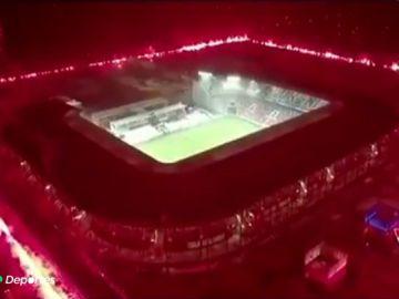 Da miedo verlo: un club polaco celebra su 70 cumpleaños encendiendo 2.000 bengalas alrededor del estadio