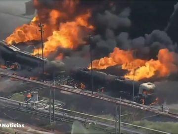 Se incendian varios camiones cisterna estacionados en el patio de una refinería de Río de Janeiro, Brasil
