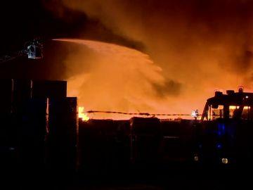 Incendio masivo en una planta de detección de desechos en Breslavia, Polonia