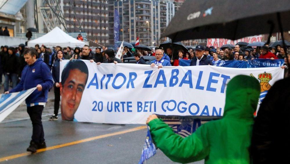 Peñas y seguidores de la Real Sociedad recuerdan con una manifestación a Aitor Zabaleta