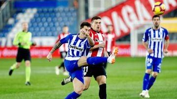 Ximo Navarro pelea un balón con Iñigo Córdoba