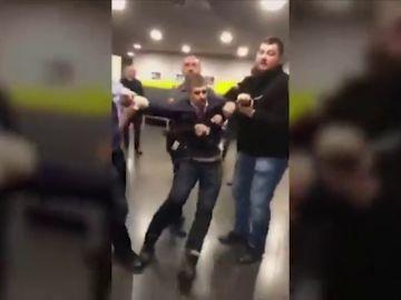 Expulsan a la fuerza a dos legisladores húngaros de la sede de la emisora estatal húngara MTVA en Budapest