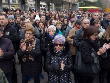 Centenares de personas aplauden tras el minuto de silencio durante la concentración