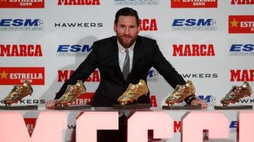 Messi posa con sus cinco Botas de Oro