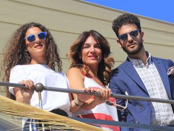 Raquel Bollo junto a sus hijos
