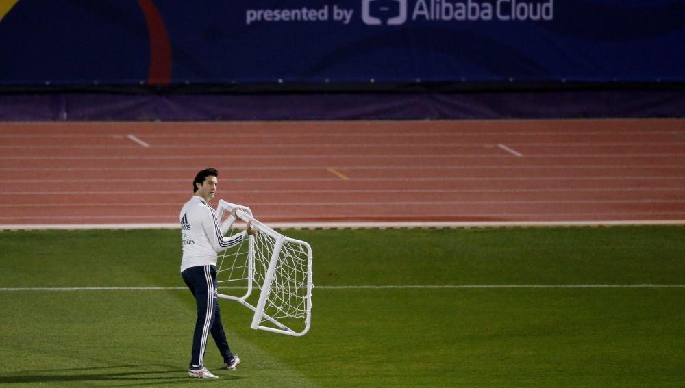 Solari lleva una portería durante un entrenamiento del Real Madrid