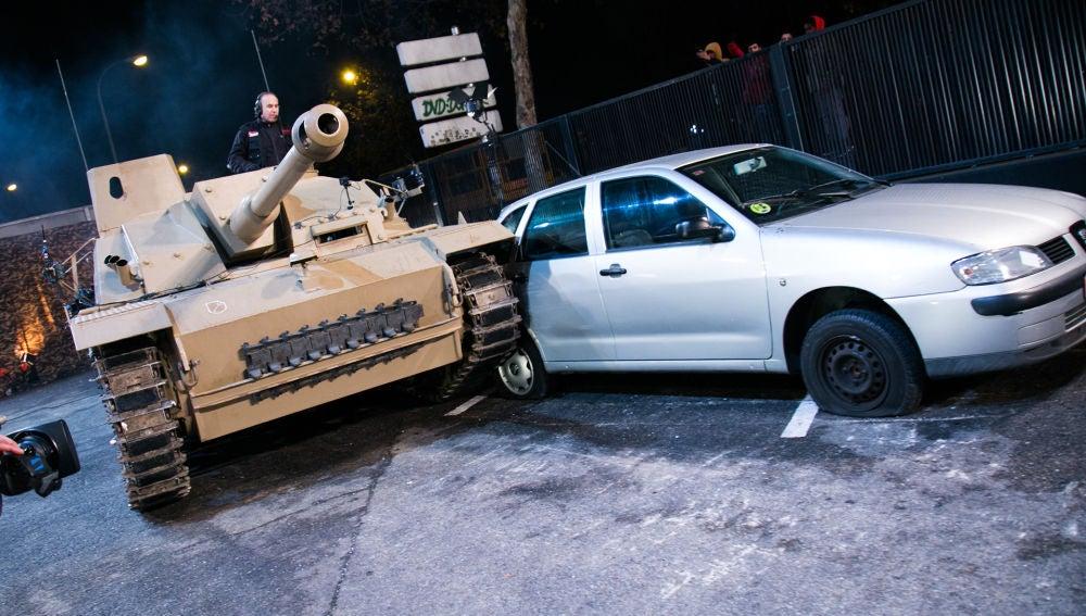 VÍDEO: Pilar Rubio se sube a un carro de combate y logra aparcarlo en 'El Hormiguero 3.0'