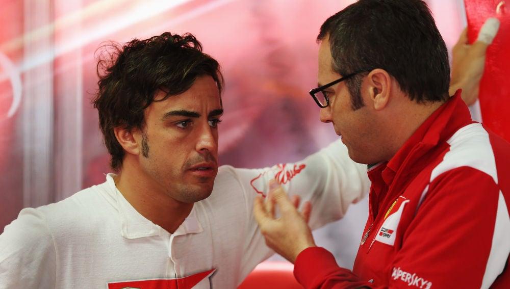 Fernando Alonso y Stefano Domenicali charlan en la época del asturiano en la escudería italiana