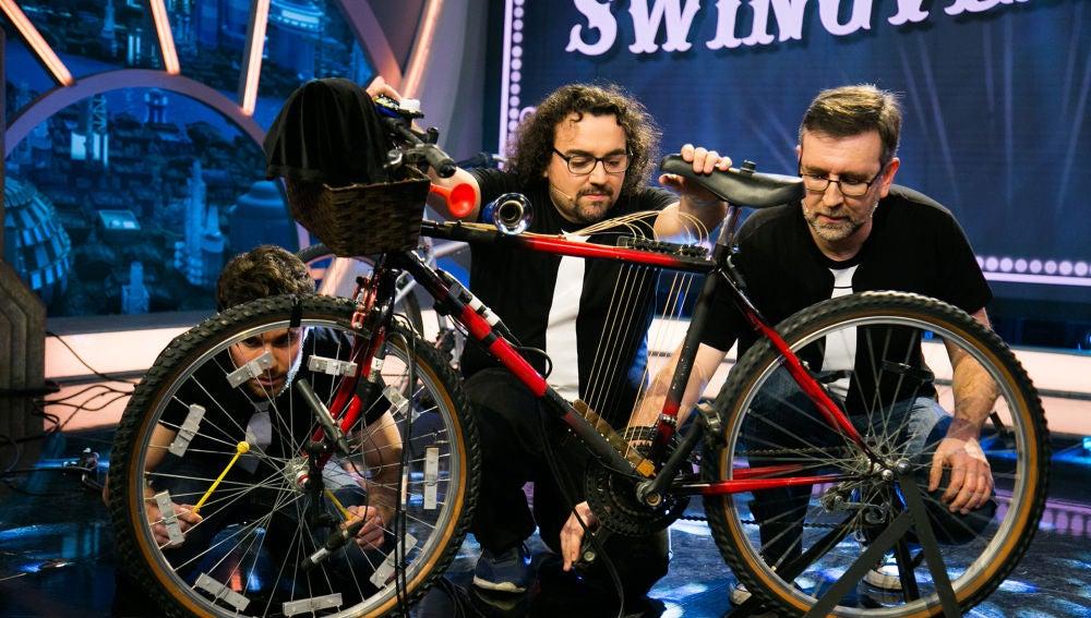 Los 'Swingvergüenzas' sorprenden a Arturo Valls y a Blanca Suárez tocando un villancico con una bicicleta