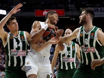 Tavares lucha por el balón ante los jugadores de Panathinaikos