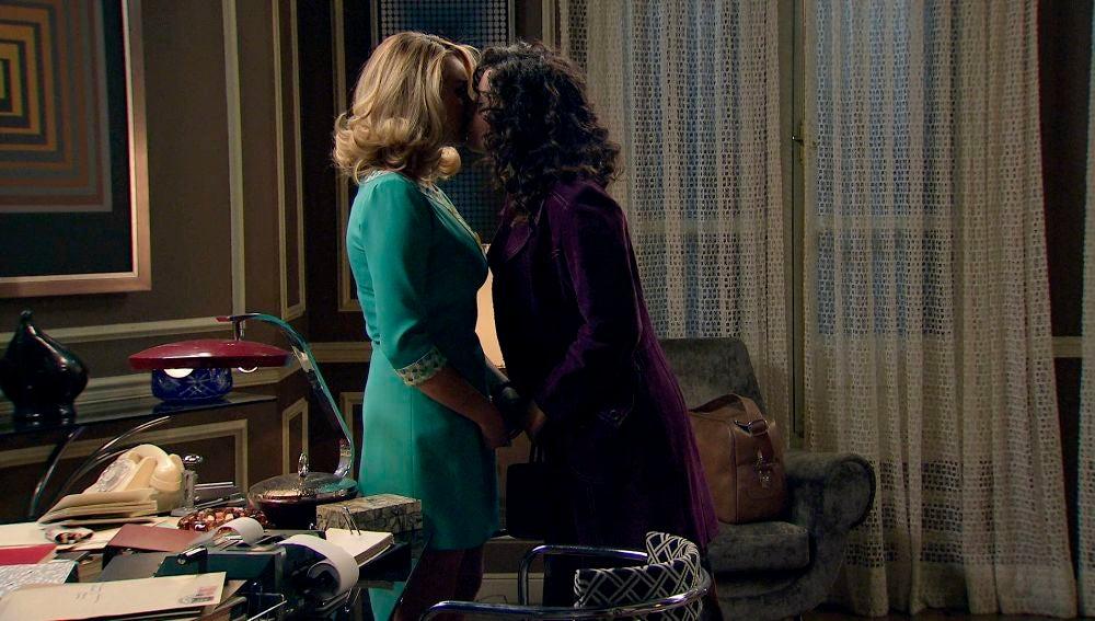 Natalia besa a Carlos y...¡Amelia besa a Luisita!