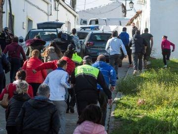 Vecinos de el Campillo (Huelva) saltan el cordón policial