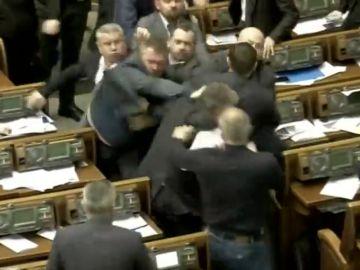 Pelea a puñetazos en el parlamento ucraniano tras la acusación a un político de ser agente de Putin