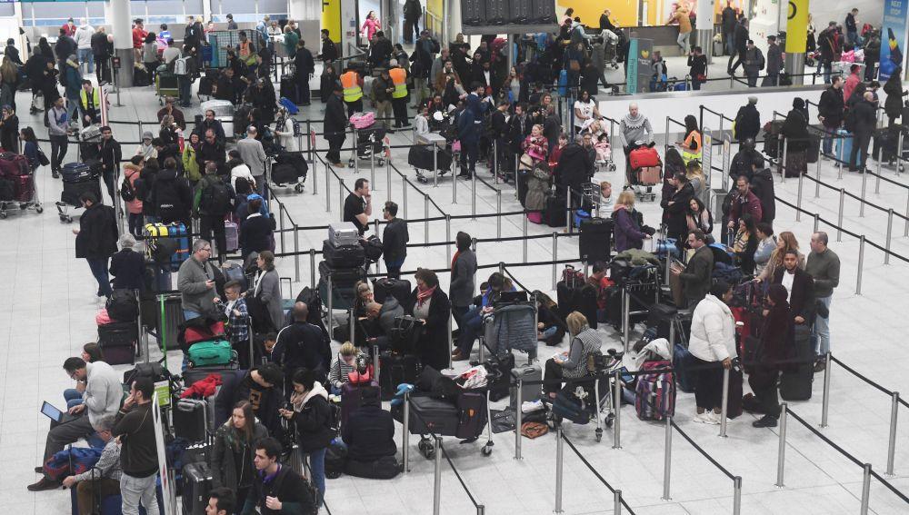 Varios pasajeros aguardan en el aeropuerto de Gatwick