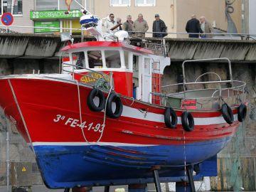 """Vista del pesquero """"O Silvosa"""", que se ha hundido esta madrugada en el propio puerto"""