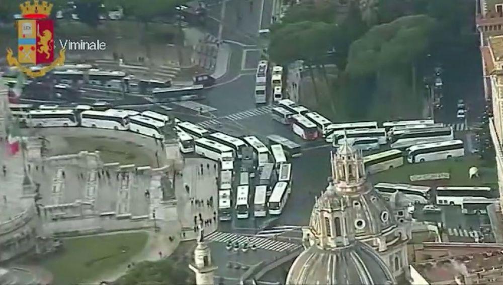 En Roma los autobuses turísticos han bloqueado la Plaza de Venecia para protestar por una ley que prohibirá su entrada al centro histórico