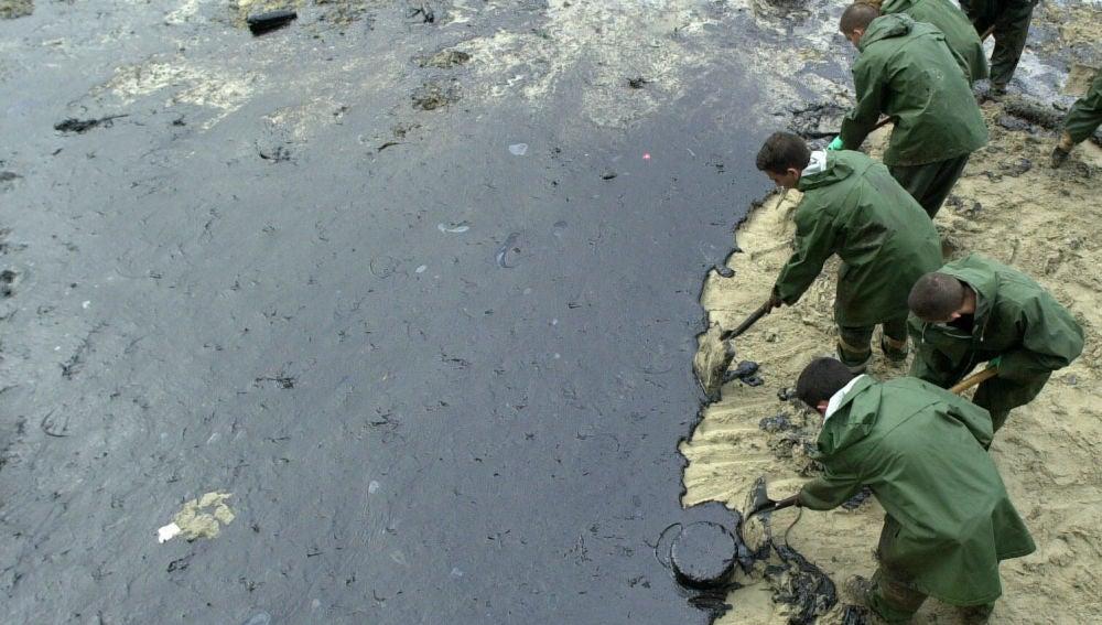 Militares de la Armada limpian la playa de Malpica, en la llamada 'Costa de la Muerte'