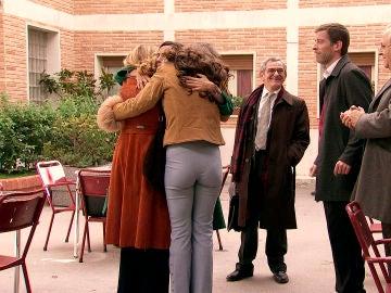 Manolita, liberada, se encuentra con su familia