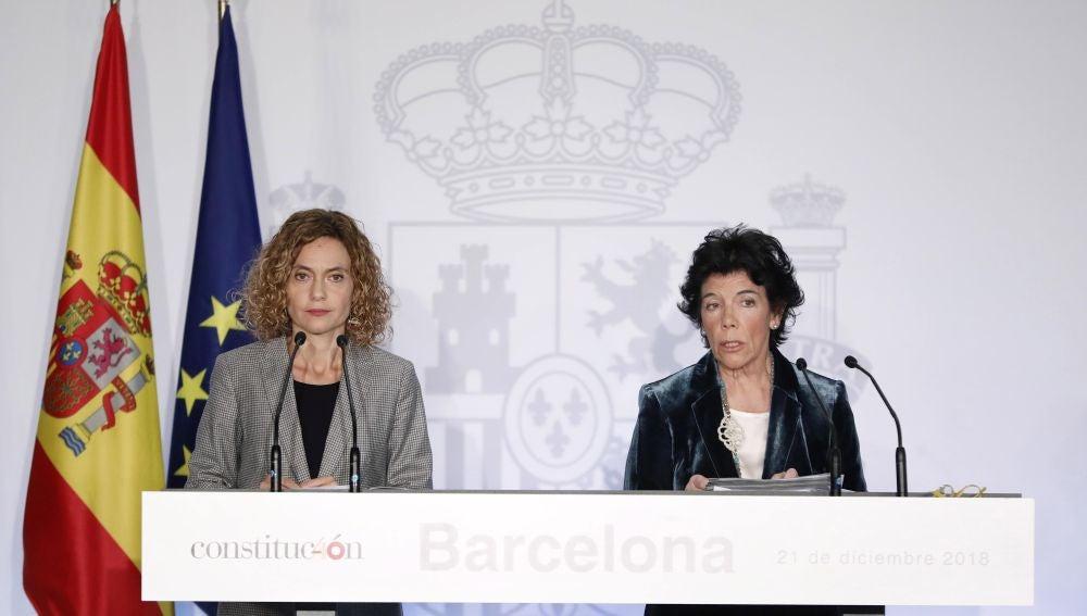 La ministra portavoz del Gobierno, Isabel Celaá, acompañada por la ministra de Administraciones Territoriales, Meritxell Batet