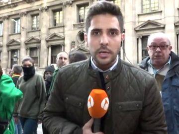Gritos contra un redactor de Antena 3 Noticias durante su conexión en directo