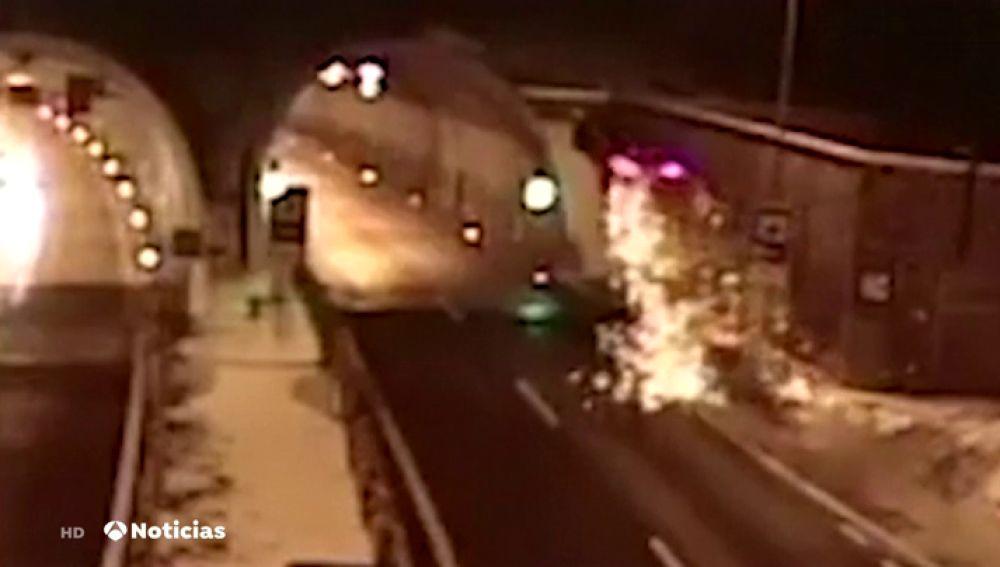 Impactante accidente en el que un coche sale volando justo antes de entrar en un túnel
