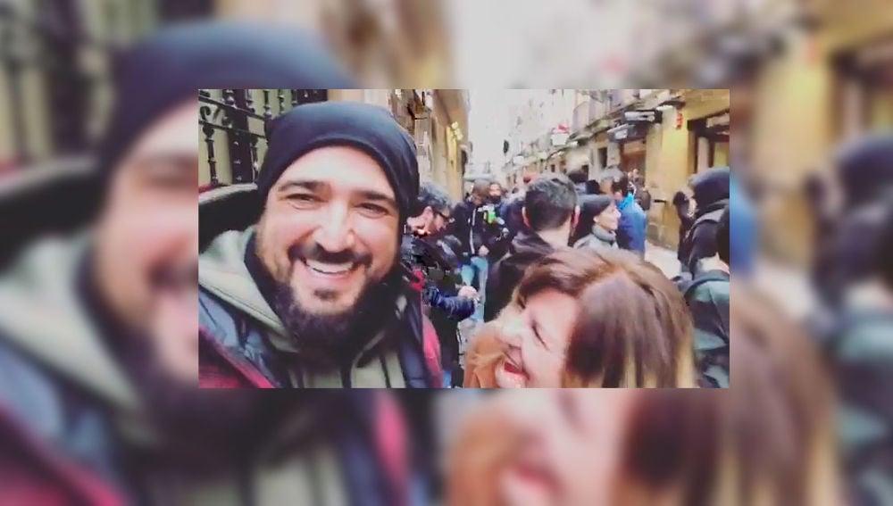 Antonio Orozco se cuela en el rodaje de la quinta temporada de 'Allí abajo'