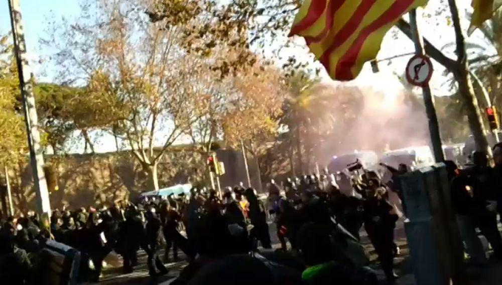 Primeras cargas policiales contra los manifestantes en Barcelona