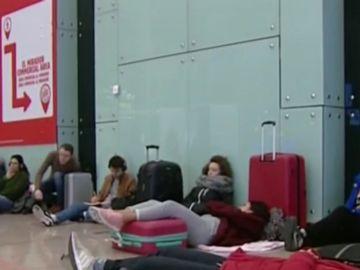 Pasan la noche en el aeropuerto El Prat