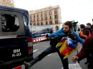Un simpatizantes independentista golpea una furgoneta de los Mossos d'Esquadra