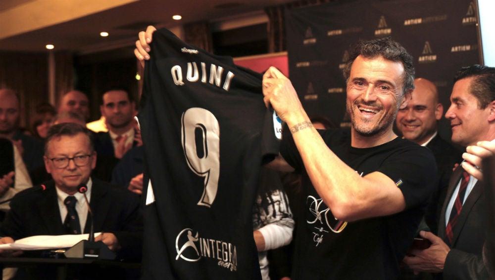 Luis Enrique, con la camiseta homenaje a Quini