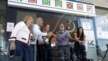 Los propietarios y empleados de la administración de Lotería de la estación de Servicio de Granadilla