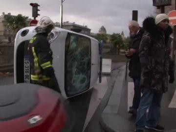 Volcado un coche de policía durante las protestas de los chalecos amarillos