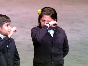 Una de las niñas de San Ildefonso llora al entregar el premio