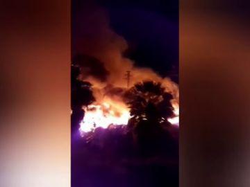 Un espectacular incendio quema una nave abandonada en la localidad valenciana de Sollana y el humo afecta a tres municipios más