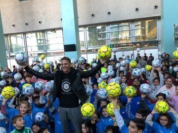 Joaquín da 200 balones a menores en riesgo de exclusión social