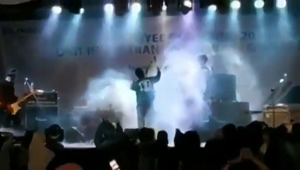 El momento en el que el tsunami arrasa el escenario de un concierto en Indonesia