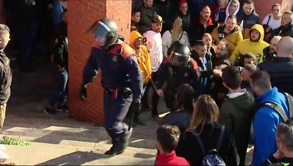 Familiares del fallecido en el tiroteo en Barcelona queman la casa del sospechoso