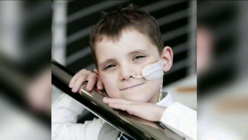 La lucha incansable de Luke, un niño de ocho años con un cáncer raro