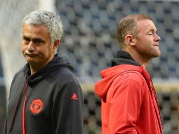 Mourinho y Rooney, durante un entrenamiento del Manchester United