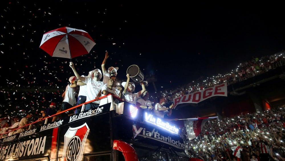 Los jugadores de River Plate celebran su triunfo en la Libertadores con sus aficionados