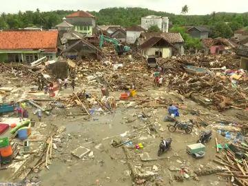 Drones y perros para localizar a los supervivientes del tsunami en Indonesia, que deja ya más de 400 muertos