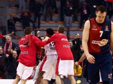Los jugadores del Olympiacos celebran una canasta ante el Baskonia