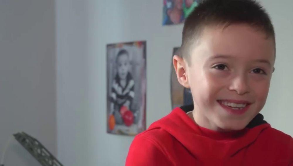 Un niño de 8 años necesita urgentemente un trasplante de médula para combatir una leucemia poco habitual