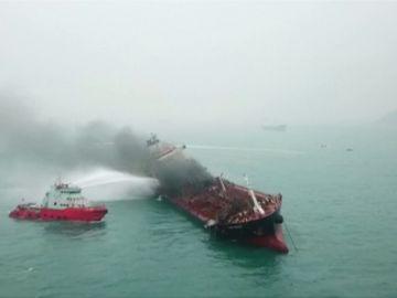 Al menos un muerto y dos desaparecidos en un incendio de un petrolero en Hong Kong